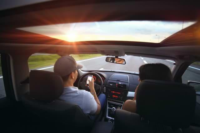 קנס על דיבור ושימוש בטלפון בנהיגה ללא דיבורית
